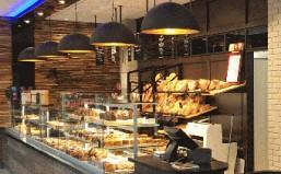 L'assiette du Boulanger s'invite dans le quartier des Docks de Rouen. Création de A à Z , laboratoire, vitrines, espace pour une restauration rapide.