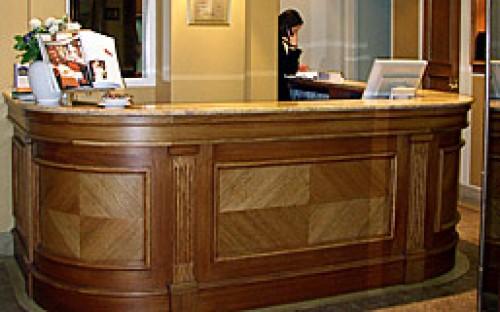 Réalisation de la banque d'accueil de l'Hôtel de Dieppe.