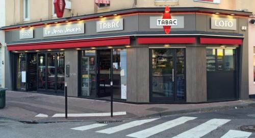 Modernisation avec nouvelle façade en panneau Compact, nouvelles enseignes. Modernisation du linéaire tabac,comptoir bar.