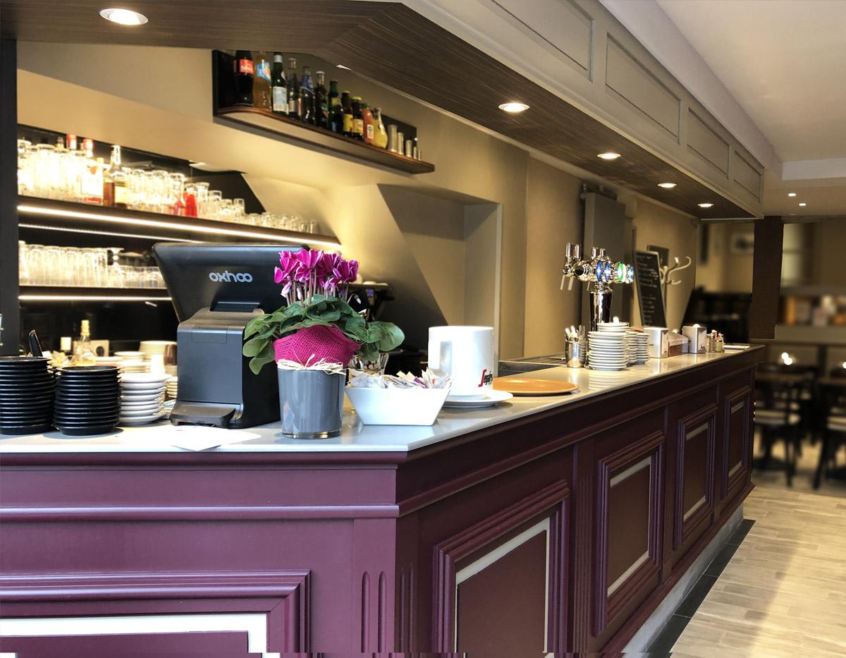 Style rétro pour le bar avec mouluration et panneaux plates-bandes peints.